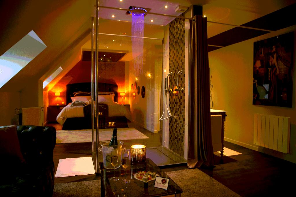 Séjour chic et romantique en Bretagne - week-end coquin - Une douche pluie et sa luminothérapie au cœur de la chambre